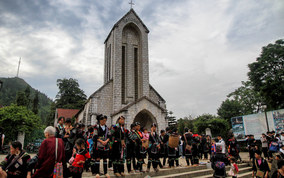 Black Hmong people at Sapa church