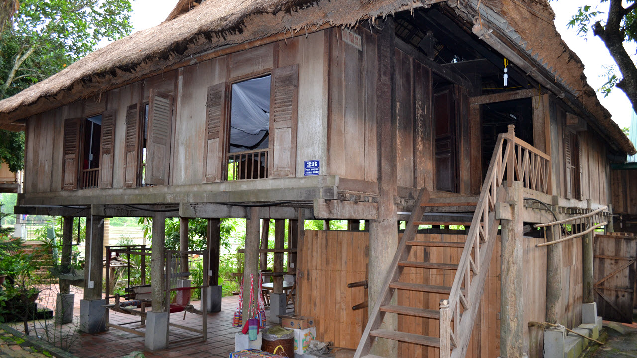 Thai stilt house at PomCoong village - Mai Chau homestay