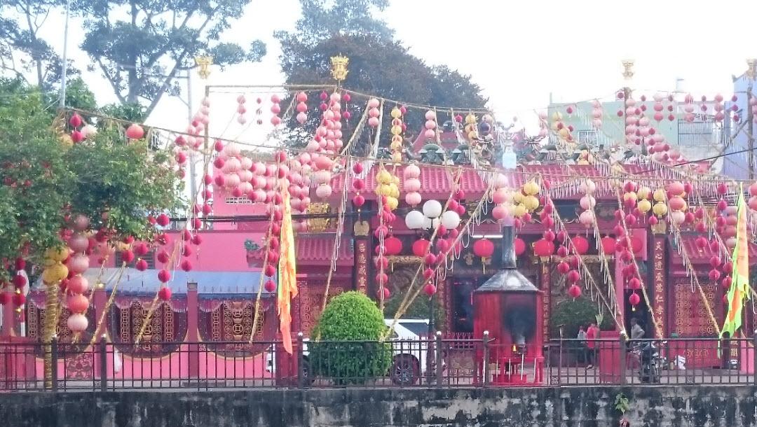 Bike to CuChi tunnels - ThienHau temple in LaiThieu