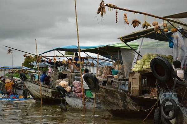 Many people live and trade in the boat